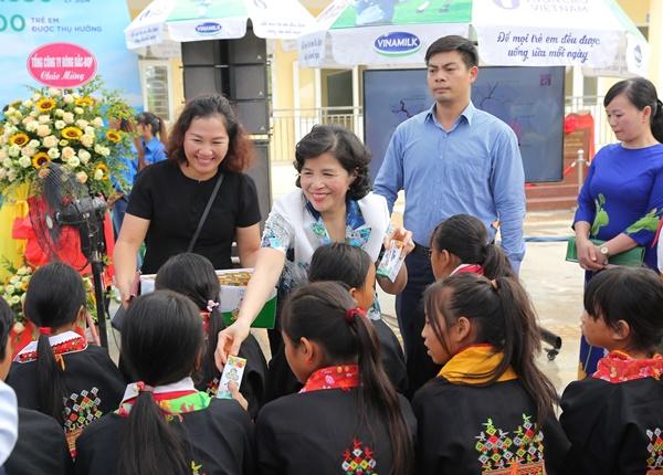 Lễ trao tặng Trường tiểu học & THCS đồng sơn và Quỹ sữa vươn cao Việt Nam trao tặng sữa cho gần 800 trẻ em tỉnh Quảng Ninh - Ảnh 7