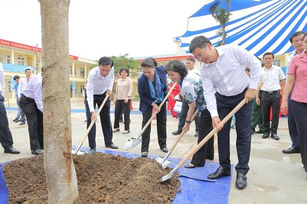 Lễ trao tặng Trường tiểu học & THCS đồng sơn và Quỹ sữa vươn cao Việt Nam trao tặng sữa cho gần 800 trẻ em tỉnh Quảng Ninh - Ảnh 9