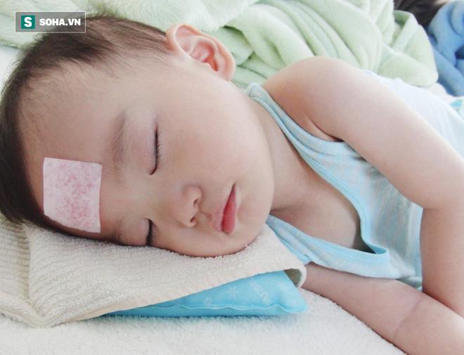 Làm gì khi trẻ bị sốt: Cha mẹ có con nhỏ nên biết sớm những phương pháp làm mát vật lý này - Ảnh 1