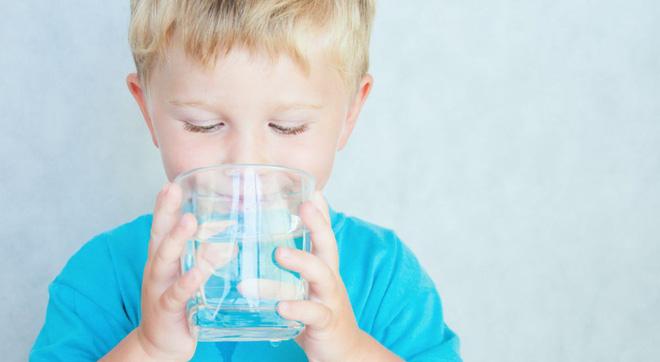 Làm gì khi trẻ bị sốt: Cha mẹ có con nhỏ nên biết sớm những phương pháp làm mát vật lý này - Ảnh 2