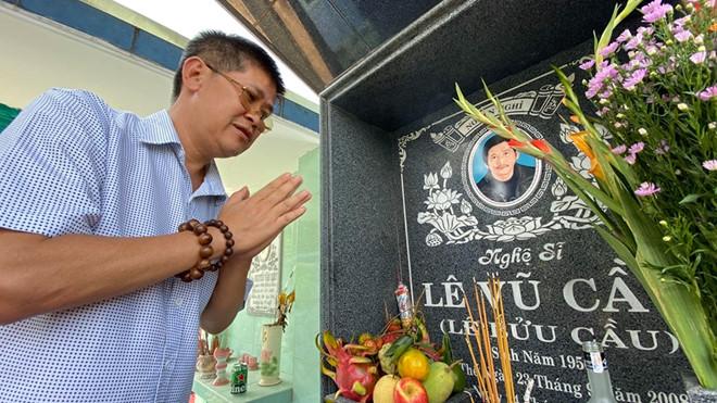 Phước Sang và nhiều nghệ sĩ tới viếng mộ diễn viên Lê Vũ Cầu - Ảnh 1