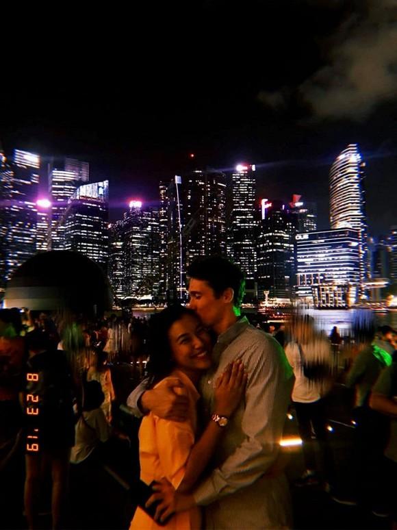Kỷ niệm 2 năm hẹn hò, Á hậu Hoàng Oanh công khai gần rõ mặt bạn trai Tây - Ảnh 1