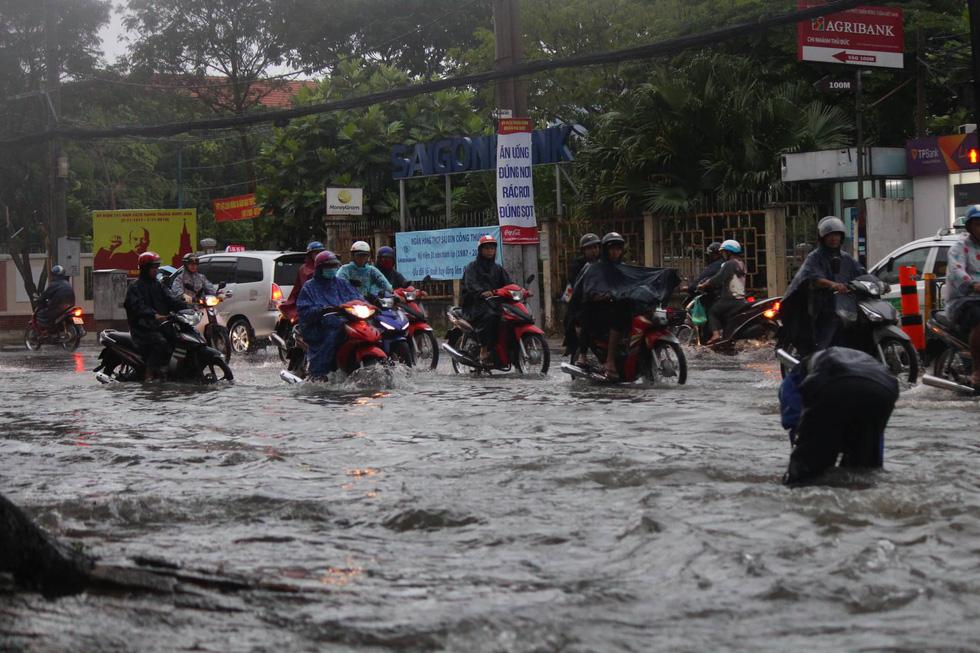 Những hình ảnh Sài Gòn mênh mông biển nước - Ảnh 3