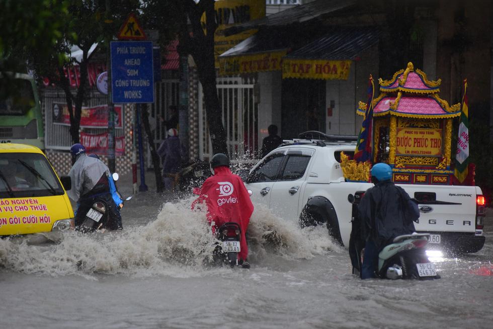 Những hình ảnh Sài Gòn mênh mông biển nước - Ảnh 7