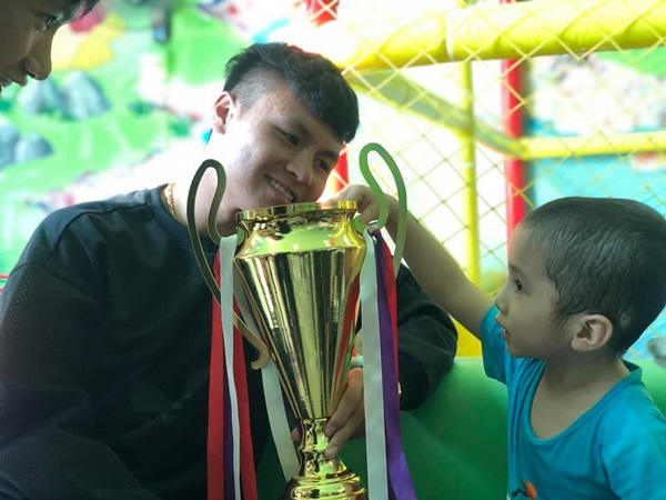 Xúc động hình ảnh Quang Hải cùng đồng đội lặng lẽ mang cup vàng tặng bé Tom trong bệnh viện - Ảnh 2