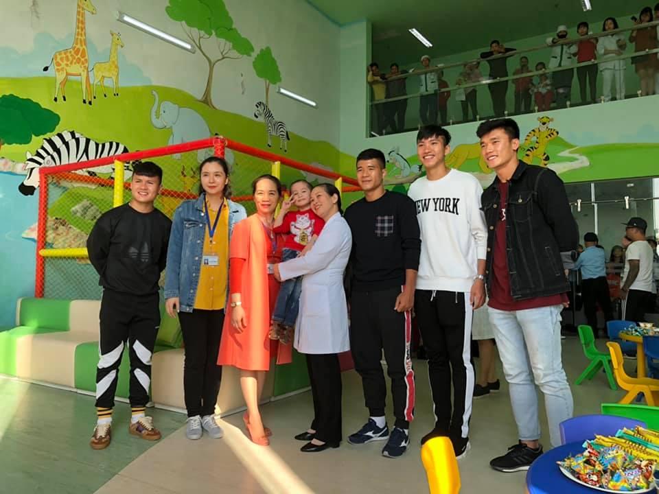 Xúc động hình ảnh Quang Hải cùng đồng đội lặng lẽ mang cup vàng tặng bé Tom trong bệnh viện - Ảnh 9