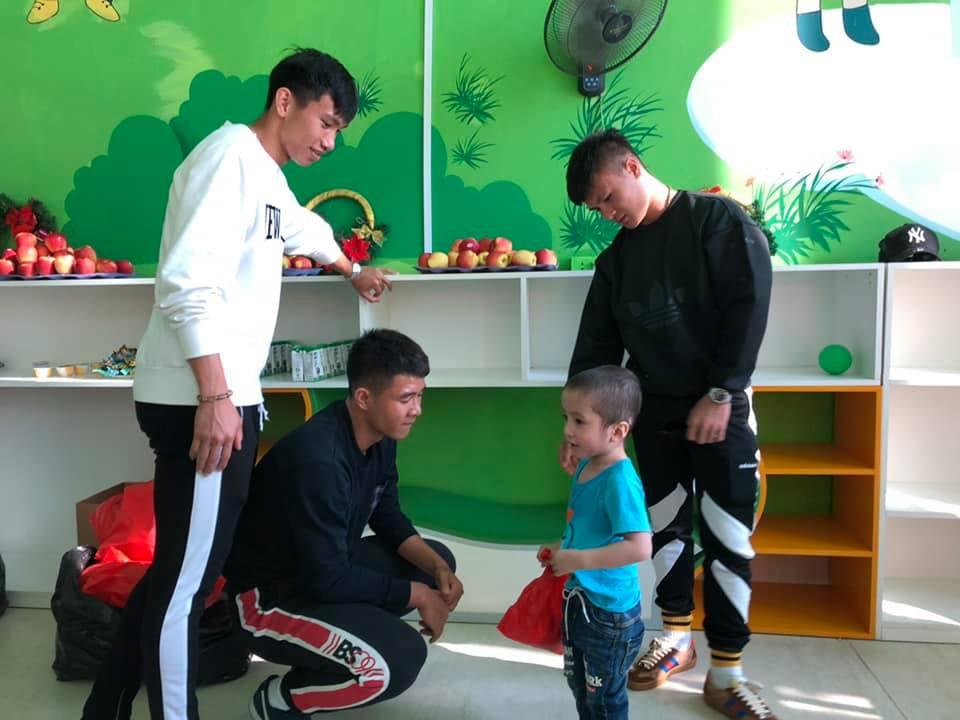Xúc động hình ảnh Quang Hải cùng đồng đội lặng lẽ mang cup vàng tặng bé Tom trong bệnh viện - Ảnh 10