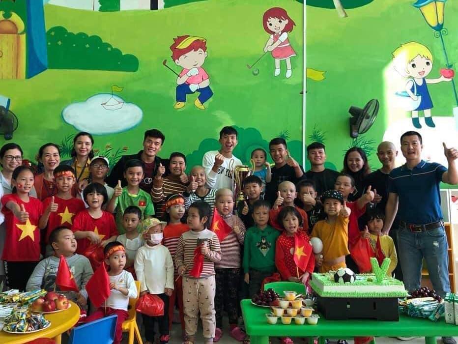 Xúc động hình ảnh Quang Hải cùng đồng đội lặng lẽ mang cup vàng tặng bé Tom trong bệnh viện - Ảnh 12
