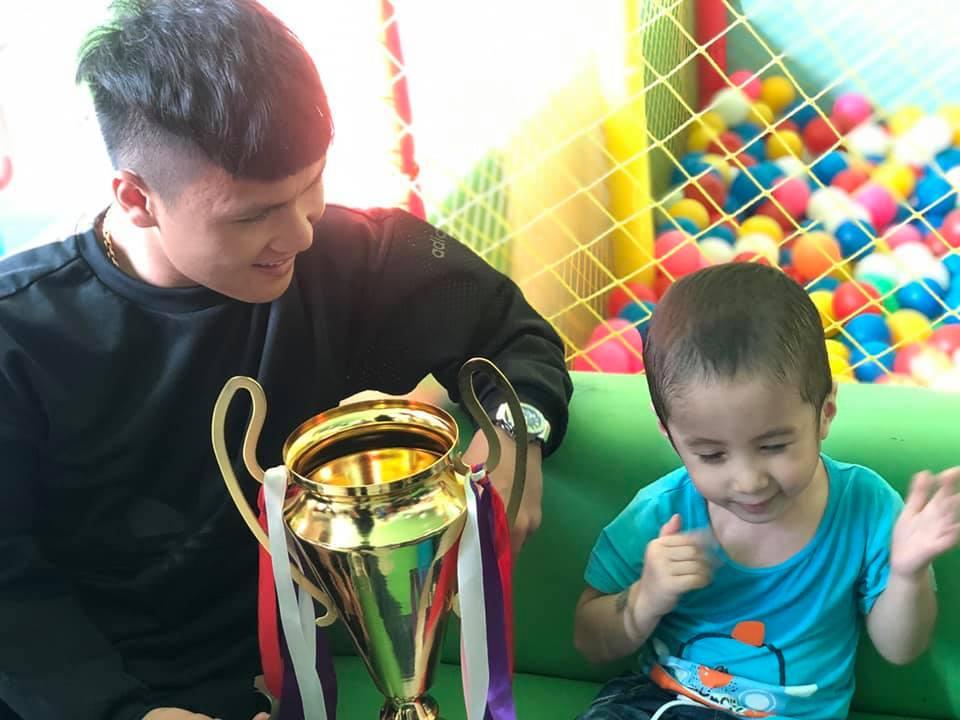 Xúc động hình ảnh Quang Hải cùng đồng đội lặng lẽ mang cup vàng tặng bé Tom trong bệnh viện - Ảnh 3