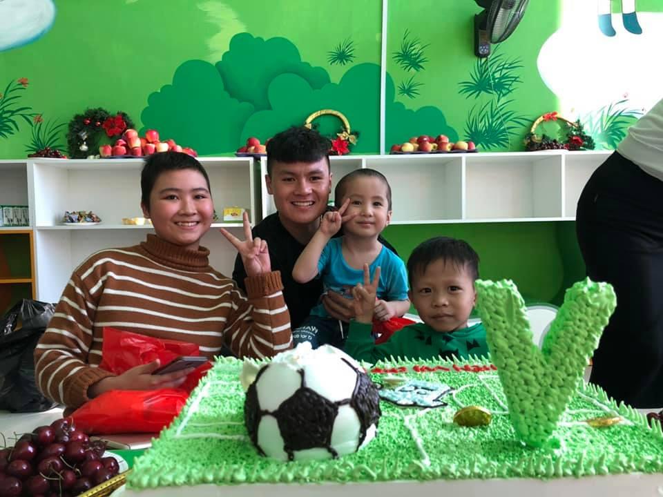 Xúc động hình ảnh Quang Hải cùng đồng đội lặng lẽ mang cup vàng tặng bé Tom trong bệnh viện - Ảnh 4