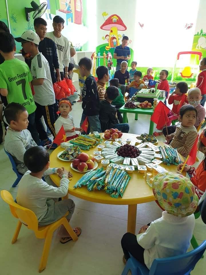 Xúc động hình ảnh Quang Hải cùng đồng đội lặng lẽ mang cup vàng tặng bé Tom trong bệnh viện - Ảnh 5