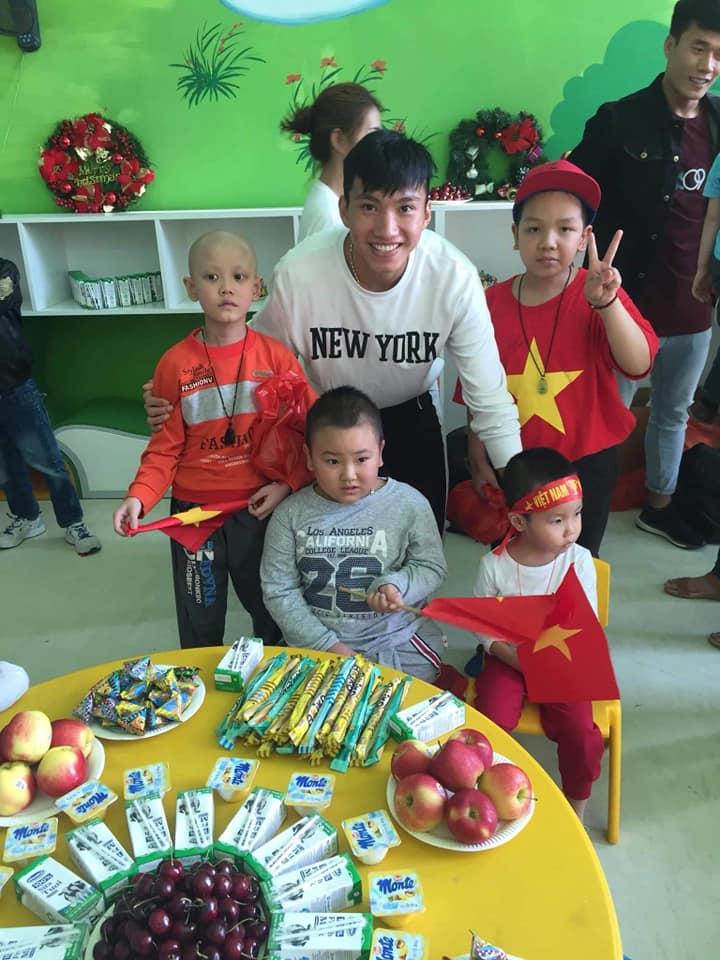 Xúc động hình ảnh Quang Hải cùng đồng đội lặng lẽ mang cup vàng tặng bé Tom trong bệnh viện - Ảnh 6
