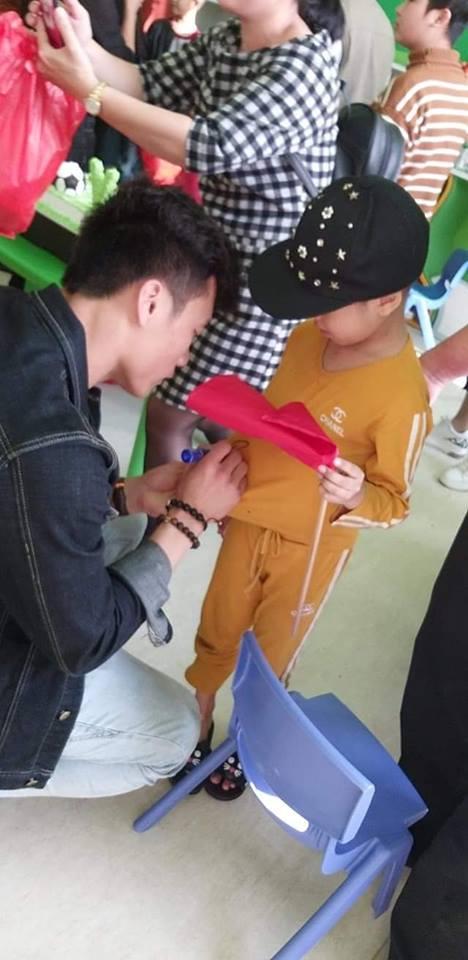 Xúc động hình ảnh Quang Hải cùng đồng đội lặng lẽ mang cup vàng tặng bé Tom trong bệnh viện - Ảnh 7