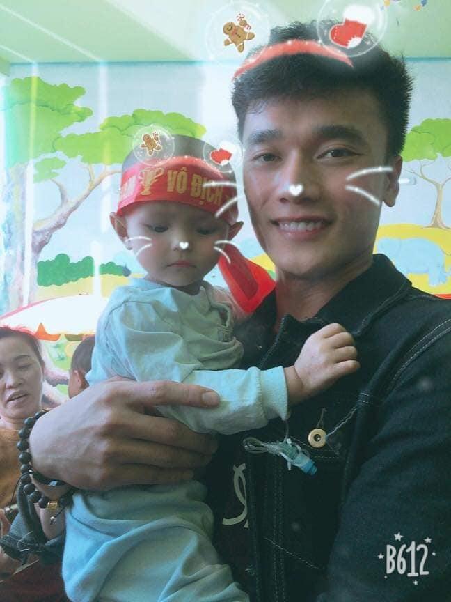 Xúc động hình ảnh Quang Hải cùng đồng đội lặng lẽ mang cup vàng tặng bé Tom trong bệnh viện - Ảnh 8