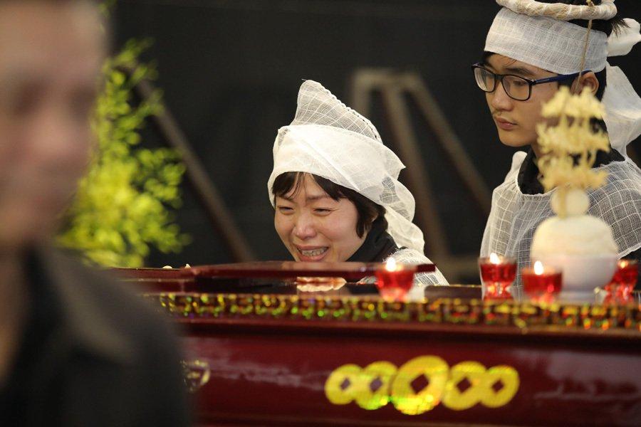 Vợ và con trai khóc nghẹn trong đám tang của NSND Anh Tú - Ảnh 4