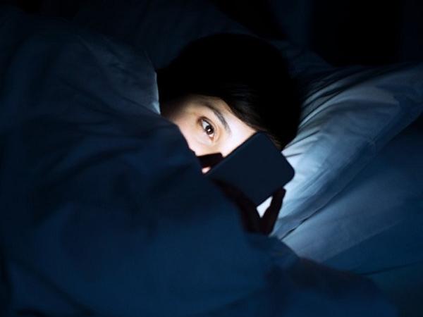 3 mẹo nhỏ để đỡ hại mắt do nhìn điện thoại suốt ngày - Ảnh 1