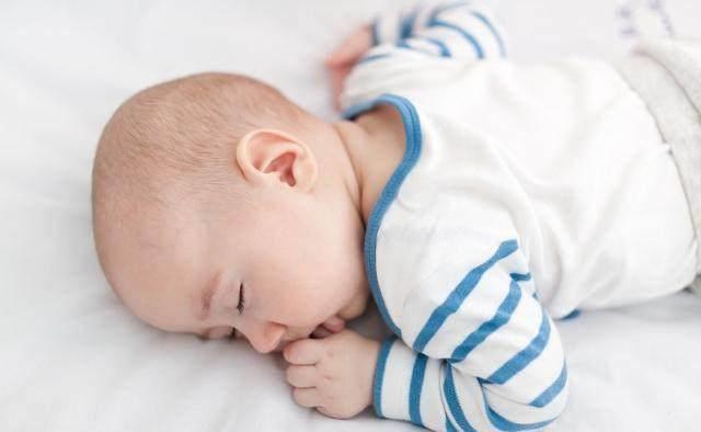 5 tư thế ngủ trẻ sơ sinh tiết lộ trí thông minh, nếu con là kiểu cuối, mẹ chú ý - Ảnh 1