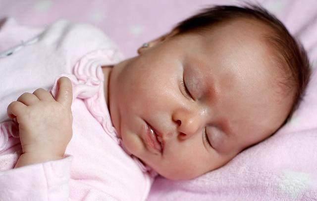 5 tư thế ngủ trẻ sơ sinh tiết lộ trí thông minh, nếu con là kiểu cuối, mẹ chú ý - Ảnh 2