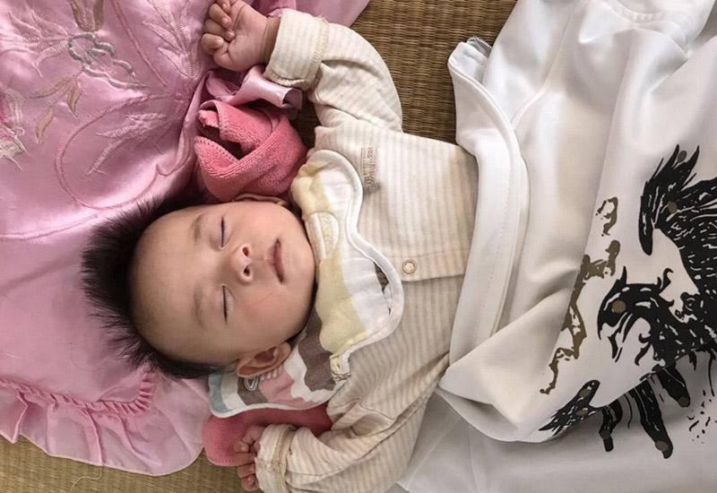 5 tư thế ngủ trẻ sơ sinh tiết lộ trí thông minh, nếu con là kiểu cuối, mẹ chú ý - Ảnh 3
