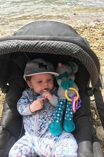 Bôi kem chống nắng cho con 4 tháng tuổi, lúc sau mẹ bàng hoàng khi thấy mặt con đầy vết bỏng vô cùng đau đớn - Ảnh 1