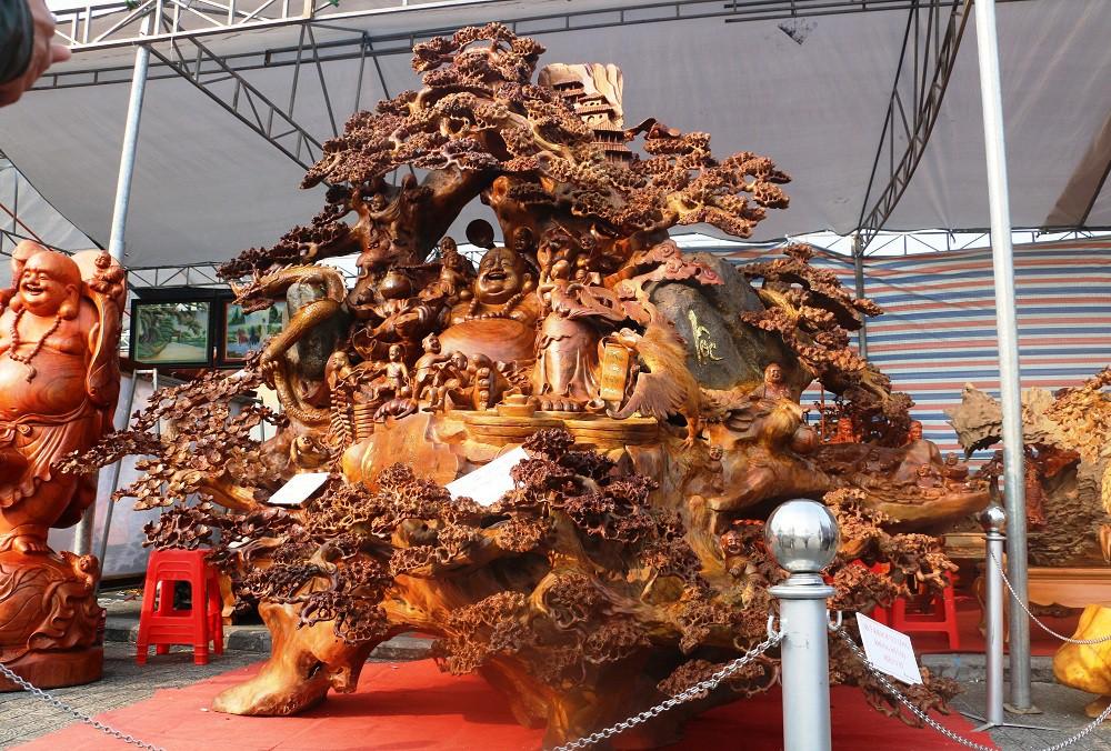 Chiêm ngưỡng bức tượng Phật Di Lặc bằng gỗ hương nặng 3,5 tấn, rao bán 1,2 tỷ ở chợ Tết Thanh Hóa - Ảnh 1