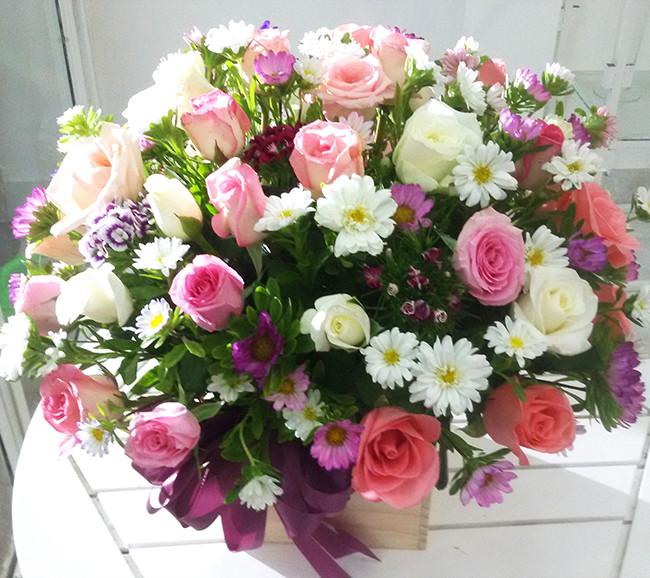 Cắm hoa cúc xen lẫn với hoa hồng đón lộc ngày Tết
