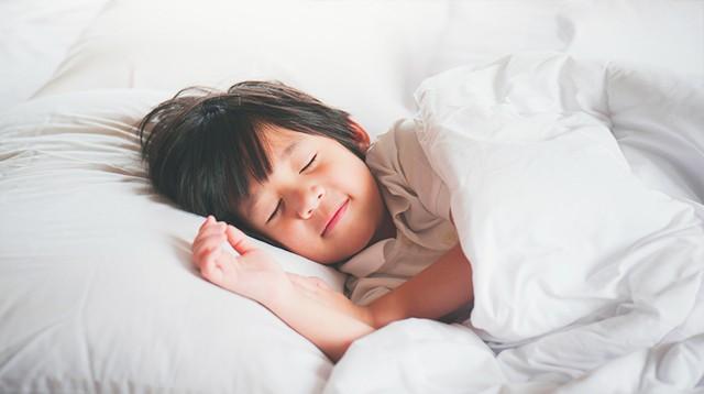 Đây chính là khung giờ chuẩn buổi tối các mẹ nên cho bé đi ngủ để khỏe cả mẹ lẫn con - Ảnh 1