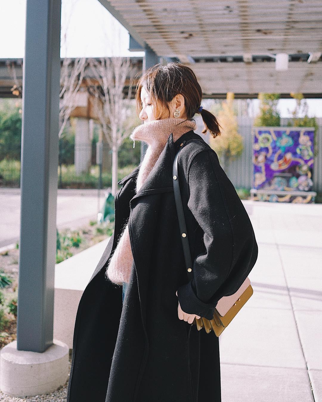 """Diện áo khoác tối màu, các nàng có thể bị chê """"dừ"""" và cứng nhắc nhưng áp dụng 3 tips sau thì khỏi cần lo - Ảnh 4"""