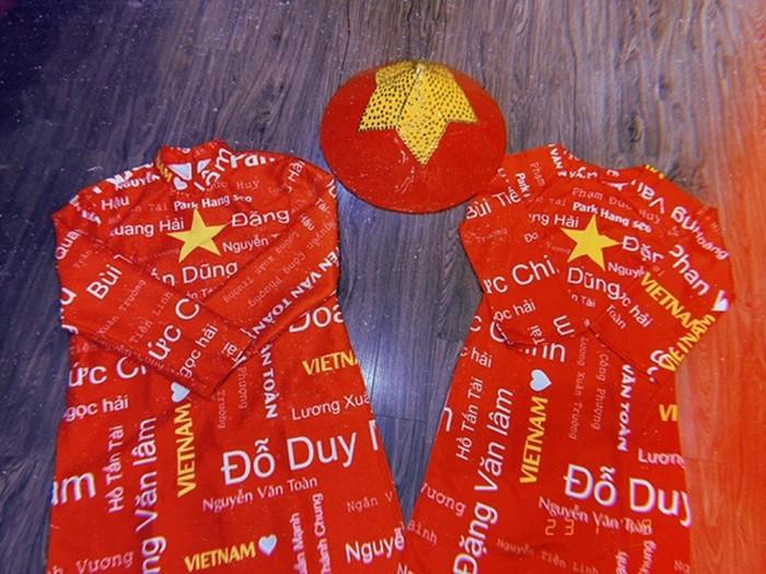 Loạt sao Việt diện áo đỏ sao vàng hứng khởi lên đường cổ vũ đội tuyển Việt Nam - Ảnh 5