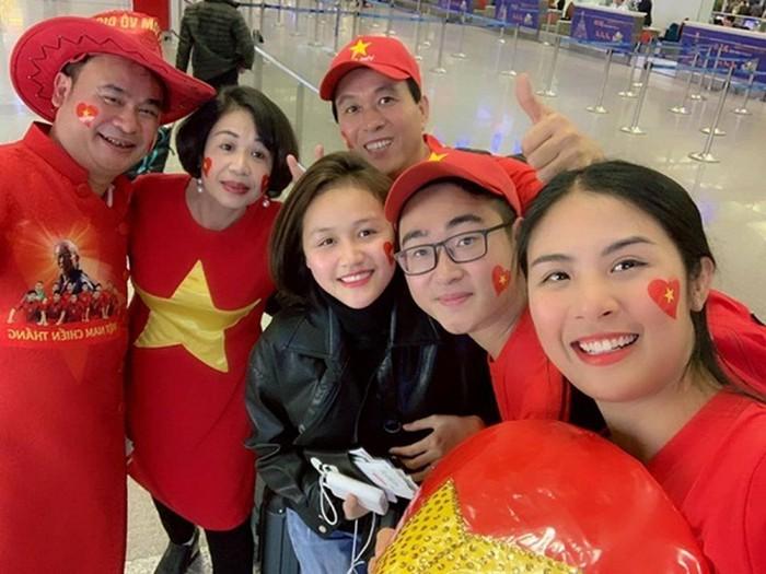 Loạt sao Việt diện áo đỏ sao vàng hứng khởi lên đường cổ vũ đội tuyển Việt Nam - Ảnh 2