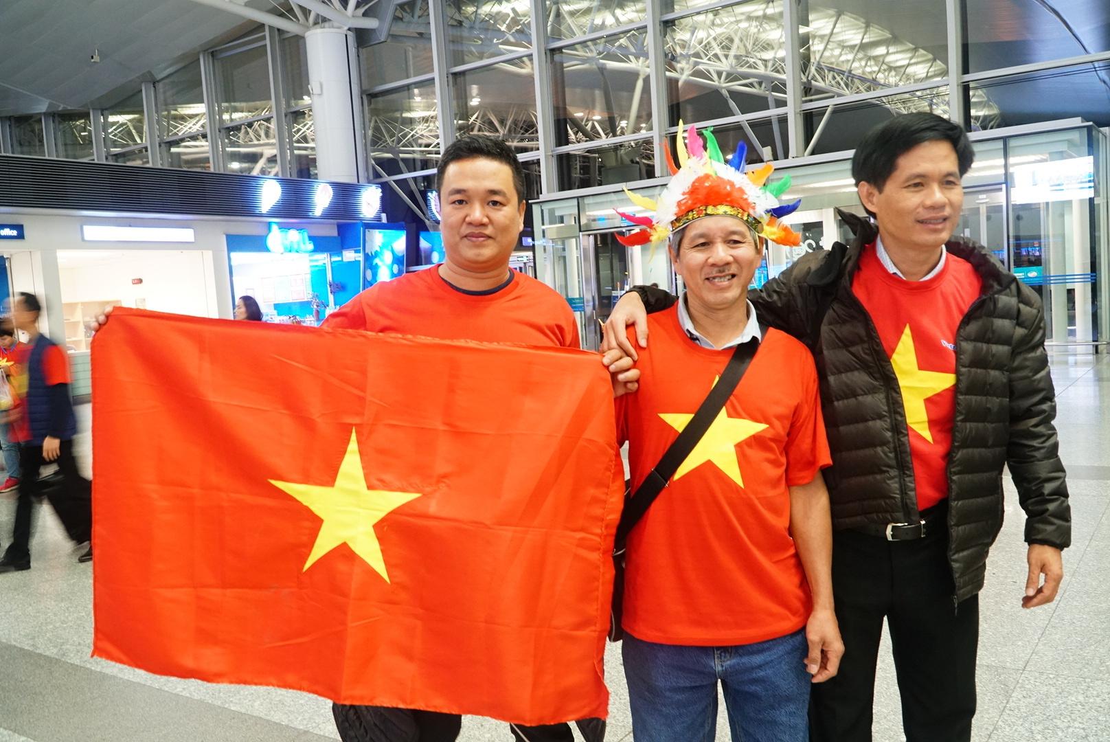 Loạt sao Việt diện áo đỏ sao vàng hứng khởi lên đường cổ vũ đội tuyển Việt Nam - Ảnh 4