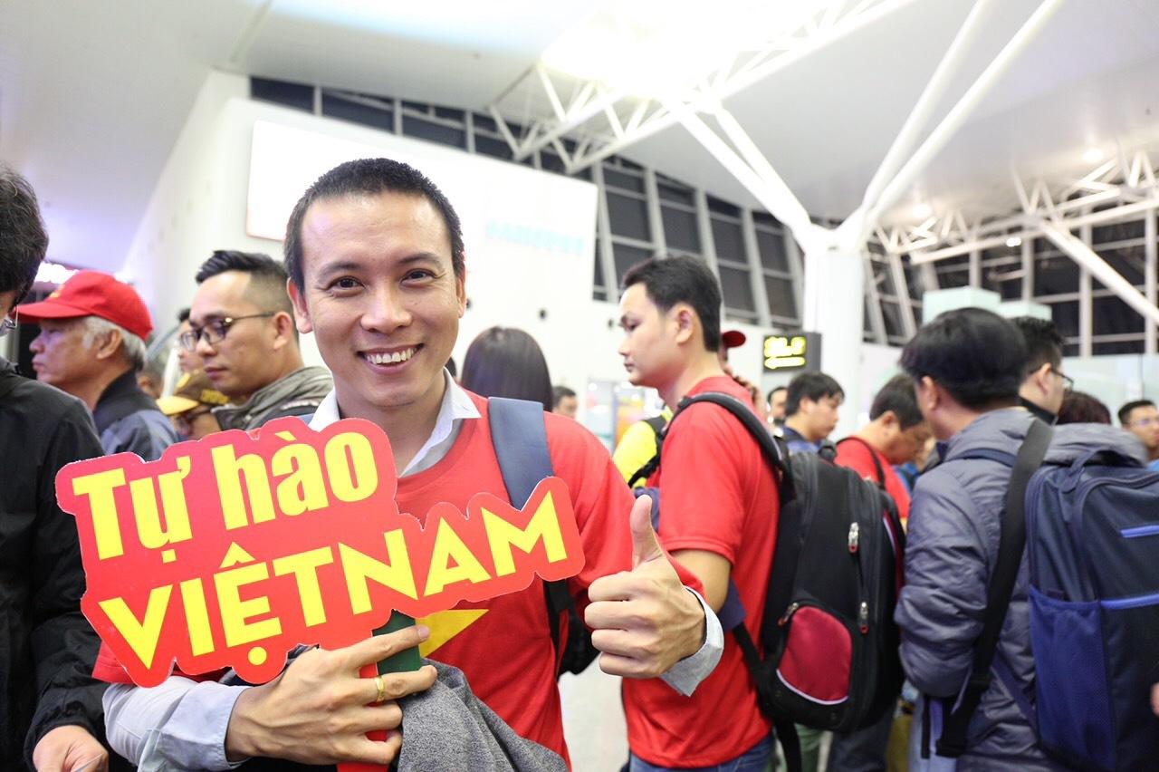 Loạt sao Việt diện áo đỏ sao vàng hứng khởi lên đường cổ vũ đội tuyển Việt Nam - Ảnh 6