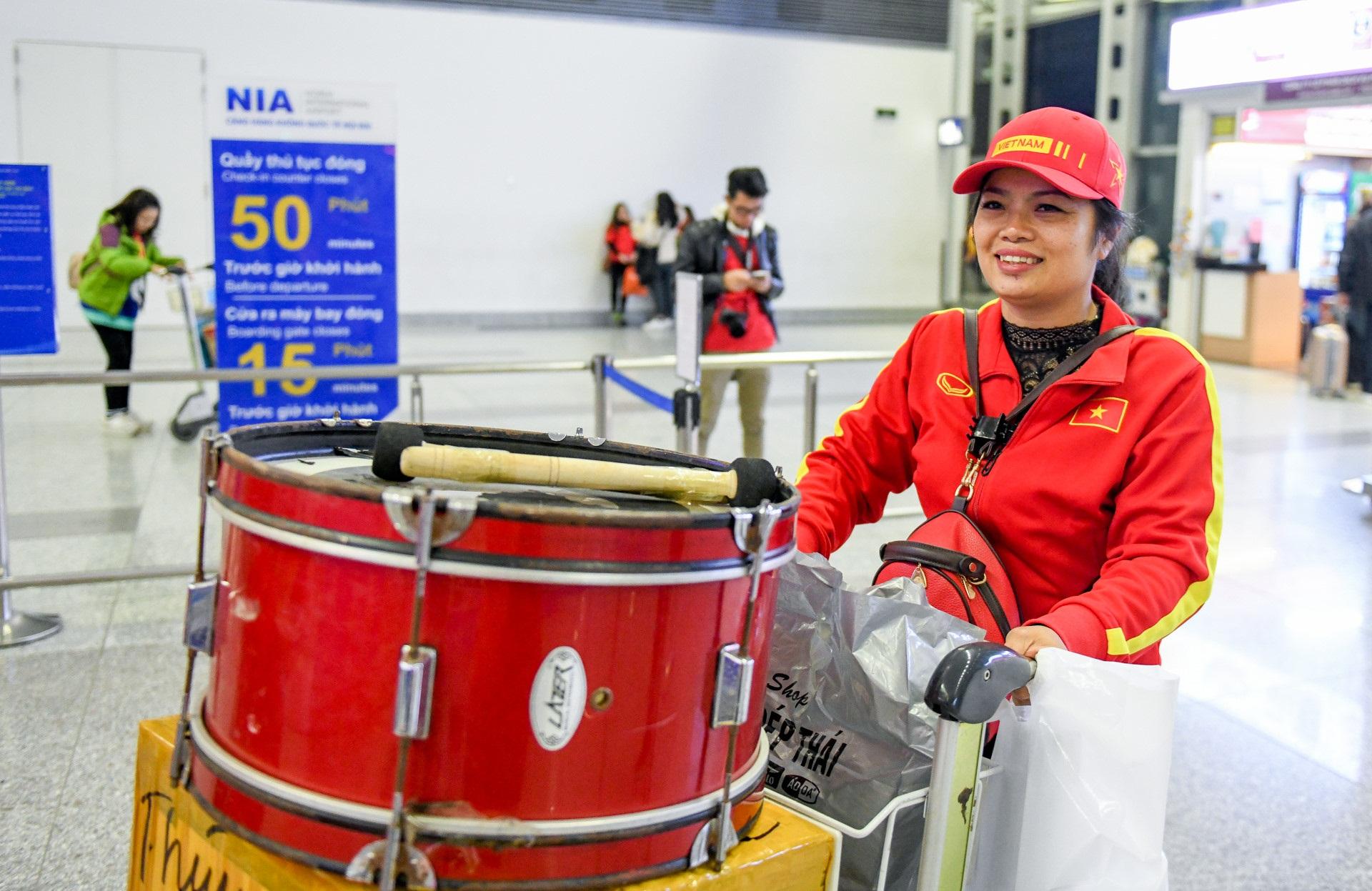Loạt sao Việt diện áo đỏ sao vàng hứng khởi lên đường cổ vũ đội tuyển Việt Nam - Ảnh 7