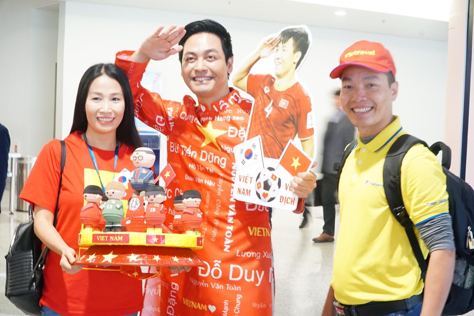 Loạt sao Việt diện áo đỏ sao vàng hứng khởi lên đường cổ vũ đội tuyển Việt Nam - Ảnh 3