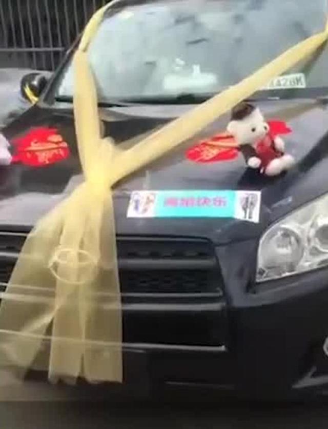 Quá vui vì ly hôn thành công, chồng thuê hàng chục xe sang diễu hành ăn mừng trên phố - Ảnh 1