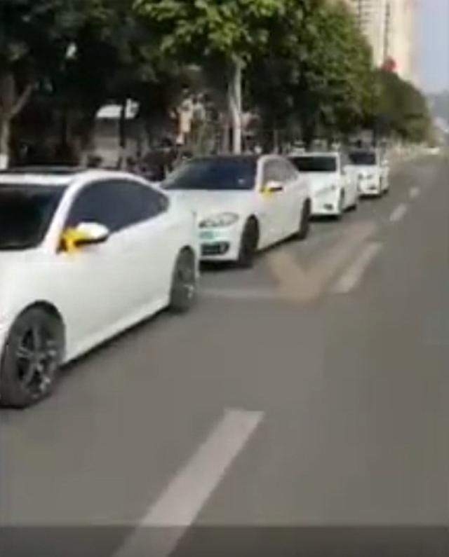 Quá vui vì ly hôn thành công, chồng thuê hàng chục xe sang diễu hành ăn mừng trên phố - Ảnh 2