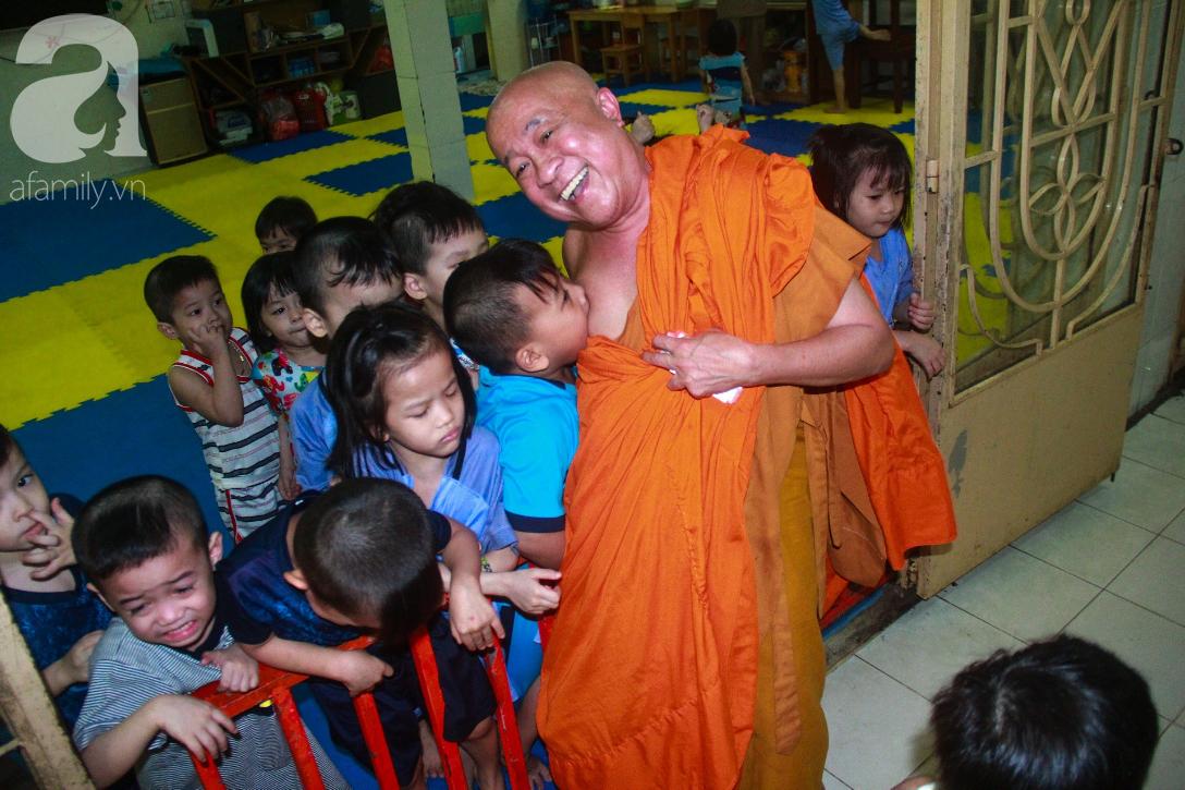 Ánh mắt cầu cứu của 232 đứa trẻ bị bố mẹ bỏ rơi, lớn lên từ vạt áo cà sa của người cha già nơi cửa Phật - Ảnh 2