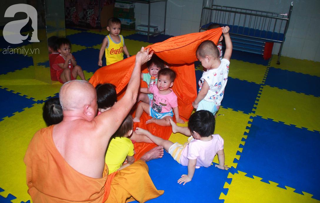 Ánh mắt cầu cứu của 232 đứa trẻ bị bố mẹ bỏ rơi, lớn lên từ vạt áo cà sa của người cha già nơi cửa Phật - Ảnh 11