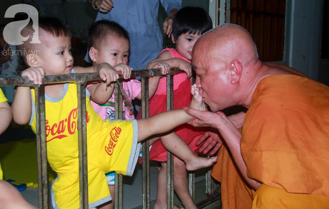 Ánh mắt cầu cứu của 232 đứa trẻ bị bố mẹ bỏ rơi, lớn lên từ vạt áo cà sa của người cha già nơi cửa Phật - Ảnh 16