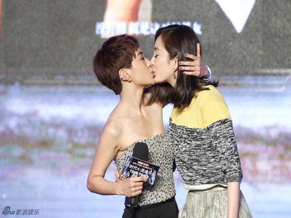 Cô gái thắm thiết khóa môi Dương Mịch trên sân khấu là ai? - Ảnh 1