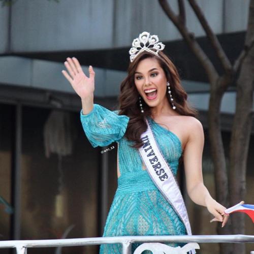 Hoa hậu Catriona Gray làm gãy vương miện 7 tỷ đồng khi diễu hành - Ảnh 1