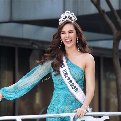 Hoa hậu Catriona Gray làm gãy vương miện 7 tỷ đồng khi diễu hành - Ảnh 2