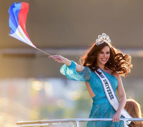 Hoa hậu Catriona Gray làm gãy vương miện 7 tỷ đồng khi diễu hành - Ảnh 3