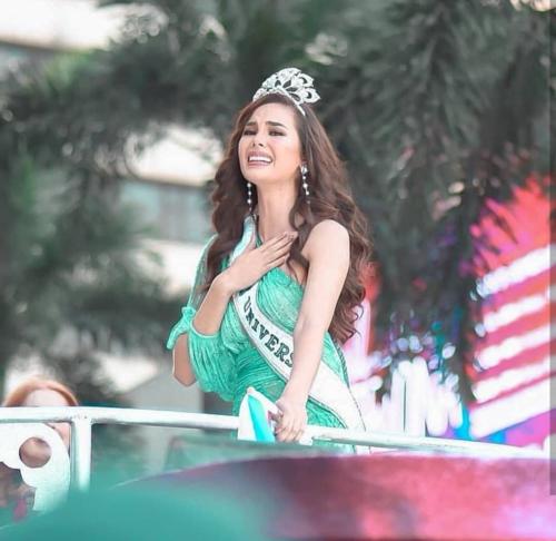 Hoa hậu Catriona Gray làm gãy vương miện 7 tỷ đồng khi diễu hành - Ảnh 4