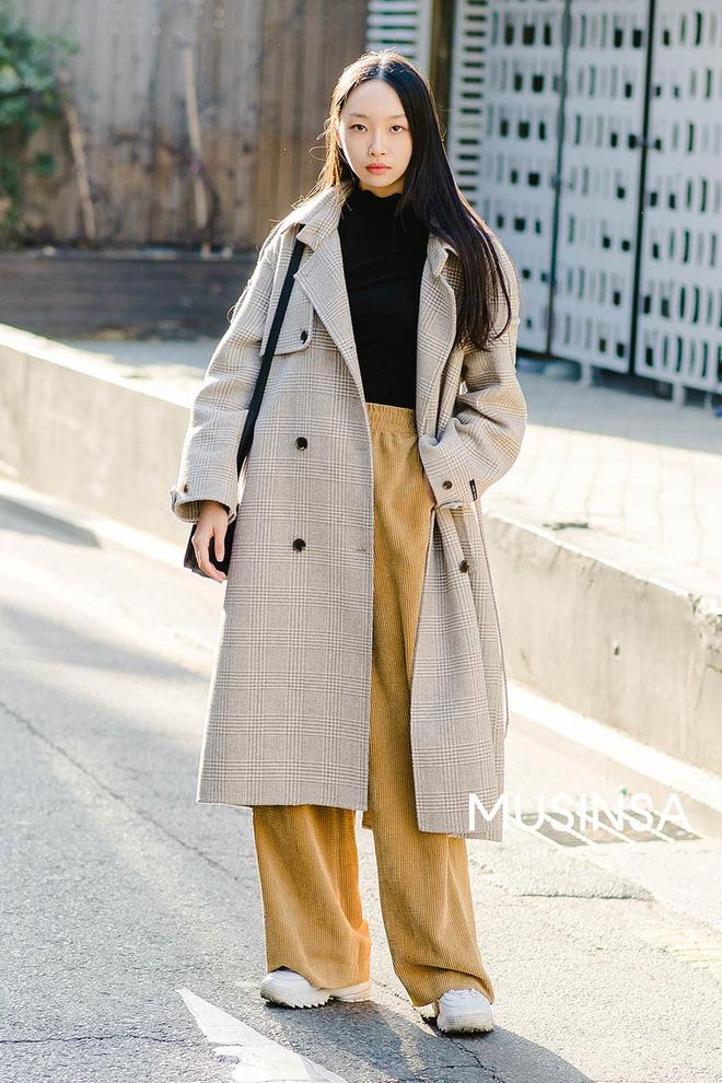 Muốn ăn mặc thoải mái mà sang, đơn giản mà vẫn trendy, bạn chỉ cần xem giới trẻ Hàn diện gì tuần qua là xong ngay - Ảnh 11