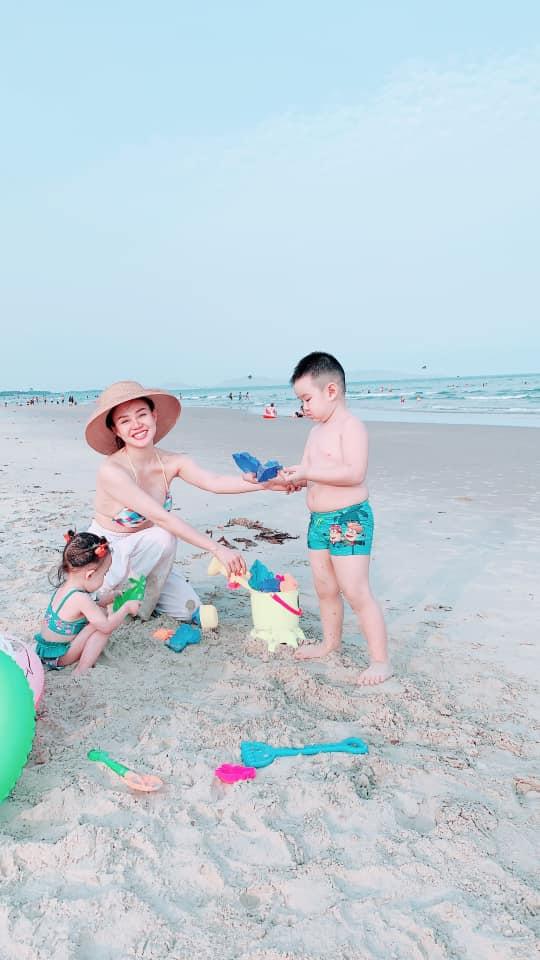 Mẹ 2 con Vy Oanh diện bikini khoe vòng 1 căng tròn, quyến rũ trước biển - Ảnh 2