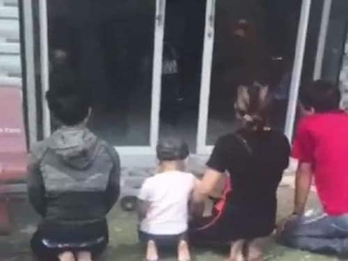 Vụ bé sơ sinh bị bỏ rơi ở Cà Mau: Nhận là cha mẹ ruột, quỳ trước nhà chủ tịch phường xin lại con - Ảnh 1