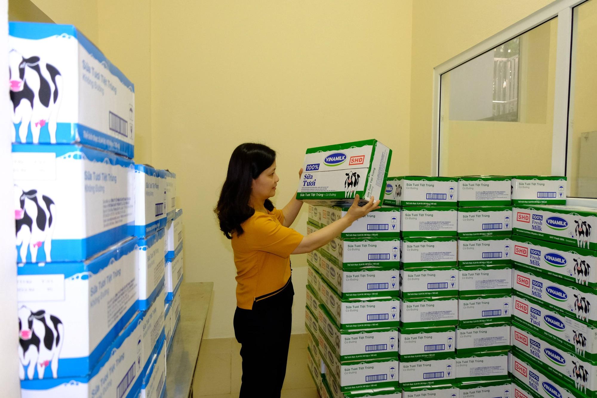 Hàng triệu ly sữa học đường cung cấp cho trẻ em thủ đô Hà Nội mỗi ngày - Ảnh 1