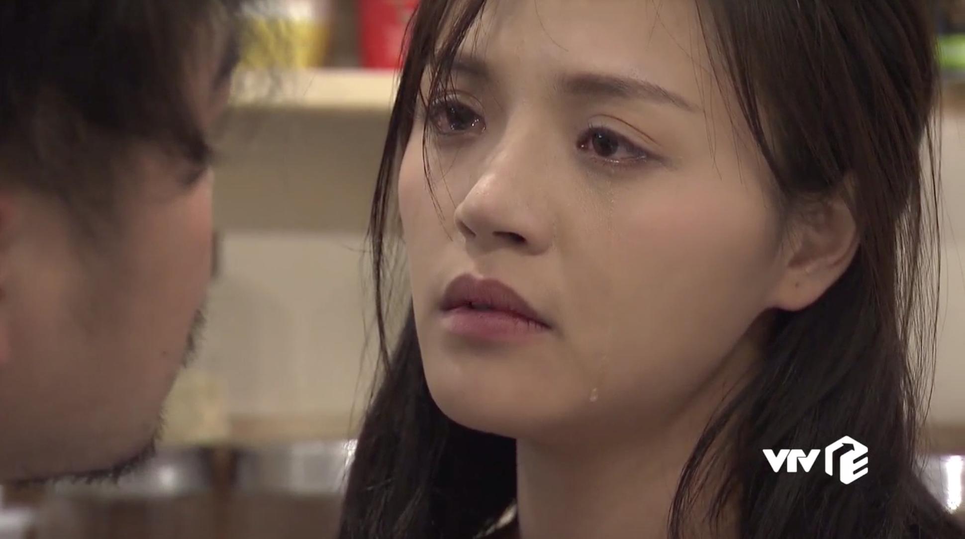 'Về nhà đi con' tập 31: Đang ở bên tình cũ, Huệ bị chồng cảnh cáo đừng để... chửa hoang giống Thư - Ảnh 2