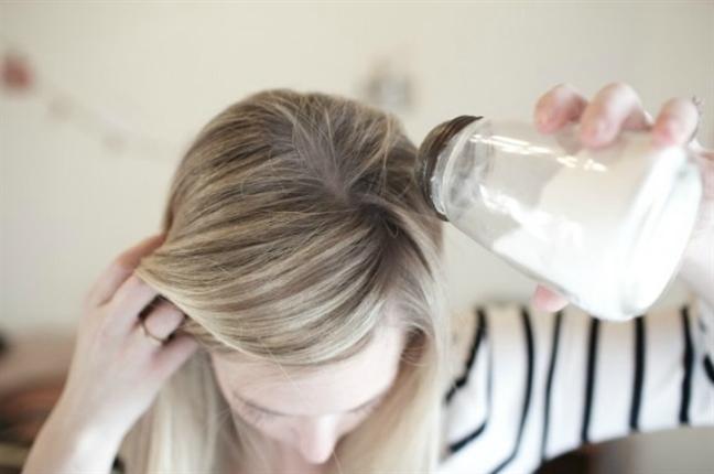 Bí quyết giúp thoát khỏi mái tóc nhờn bết vì thời tiết - Ảnh 3